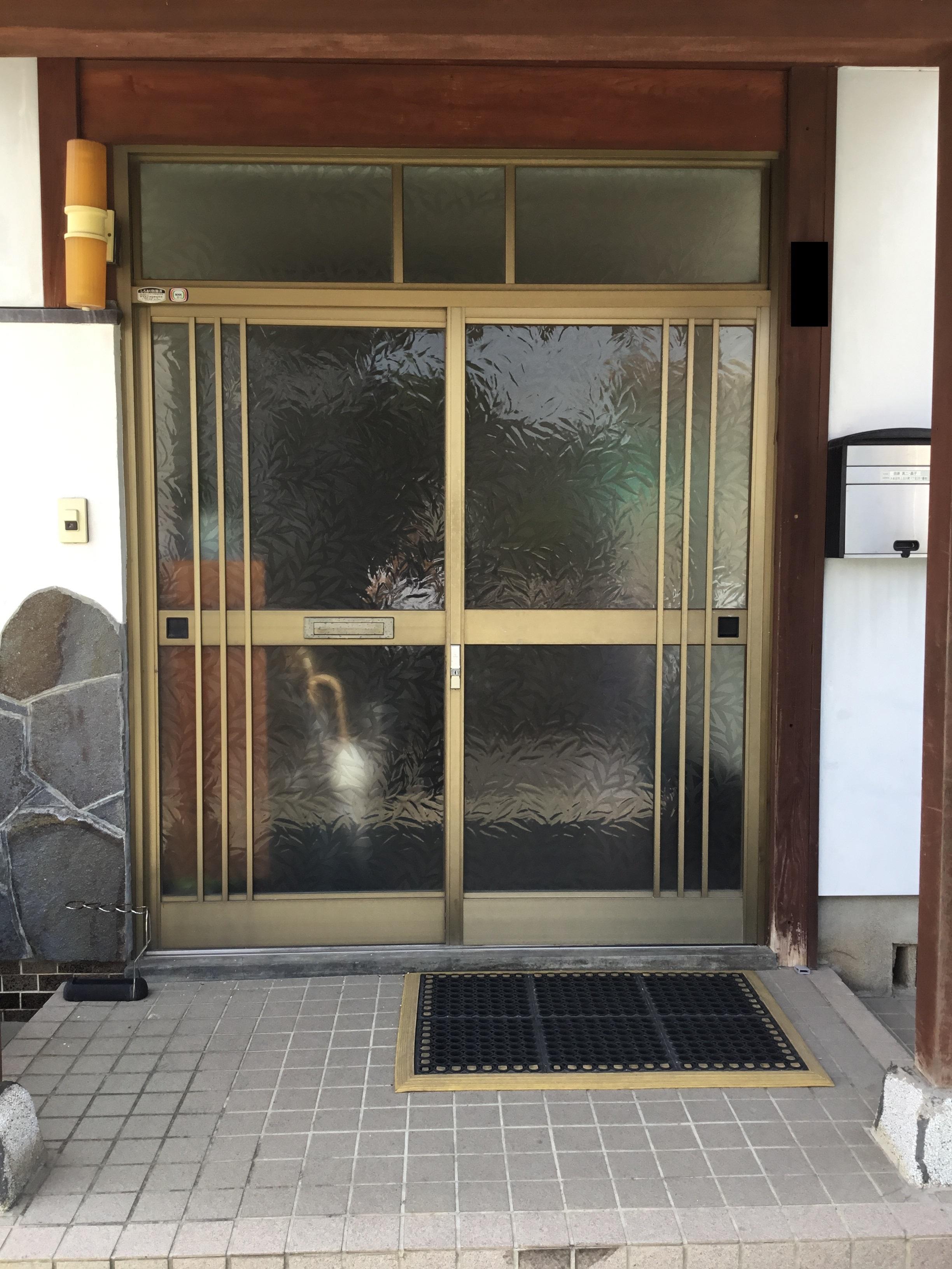 福岡トーヨー 大牟田店の玄関 引違戸 リシェントの施工前の写真1