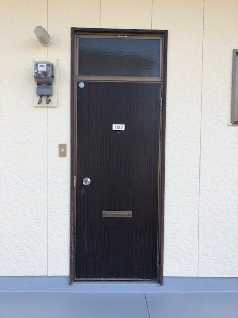 福岡トーヨー 大牟田店のアパートの玄関模様替えの施工前の写真1
