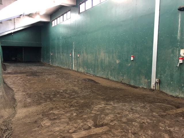 福岡トーヨー 大牟田店の大牟田市延命球場 ベンチ裏のブルペン   硝子の施工前の写真1