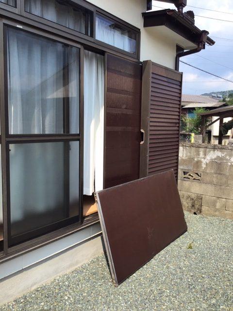 福岡トーヨー 大牟田店の台風対策 雨戸パネルの取替えの施工前の写真1