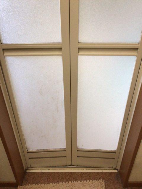福岡トーヨー 大牟田店の浴室中折れドア 取替えの施工前の写真2