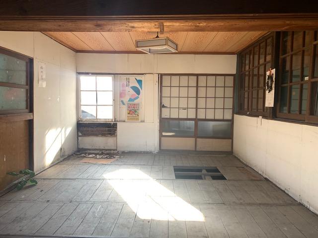 福岡トーヨー 大牟田店のフロアー張替え 地元の白川中公民館の施工前の写真1