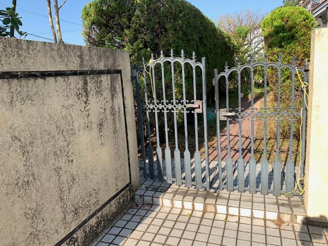 福岡トーヨー 大牟田店の鋳物いもの 門扉もんぴ 戸の交換の施工前の写真2