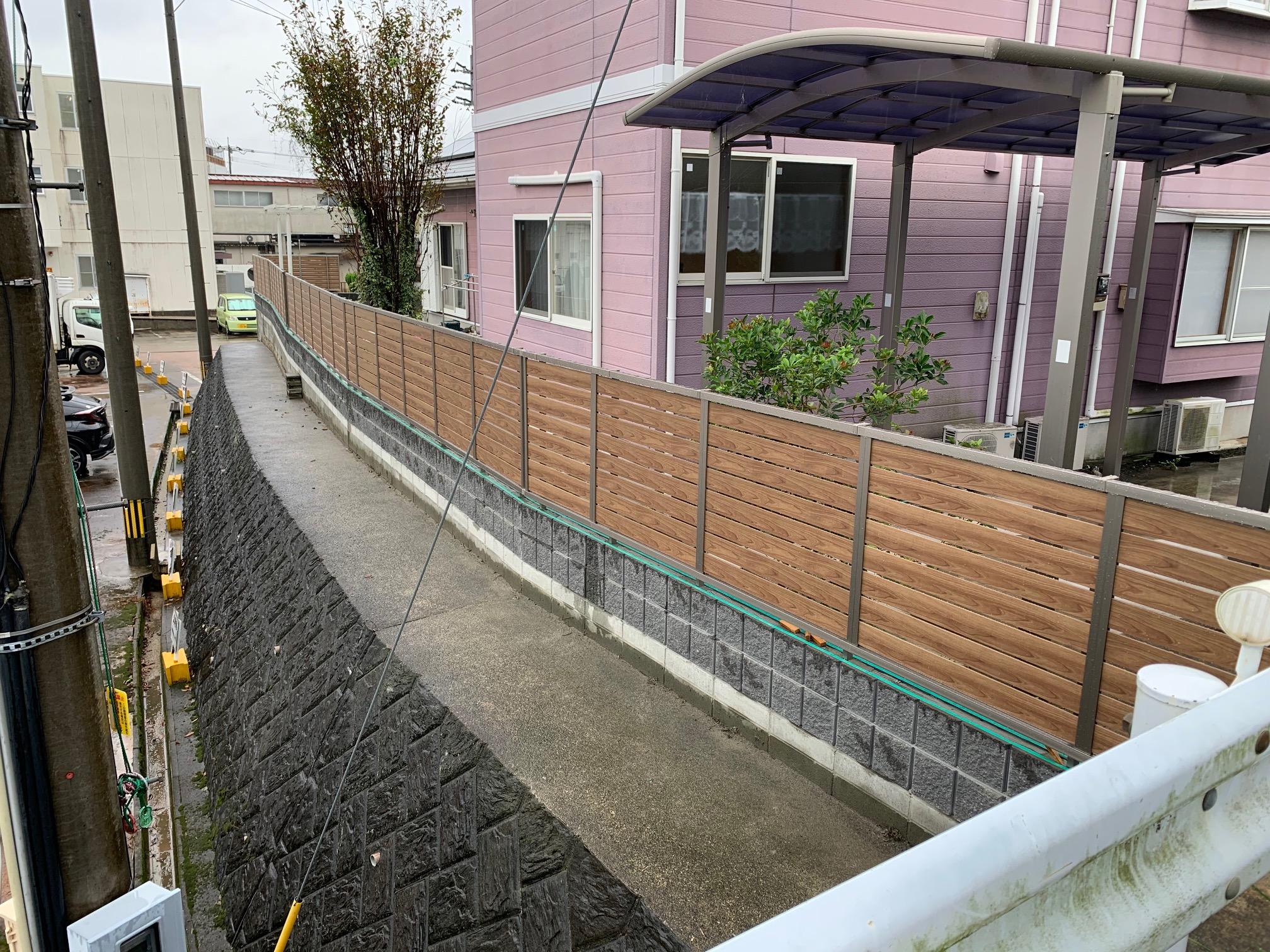 福岡トーヨー 大牟田店の目隠しフェンスと花粉症対策の施工後の写真1