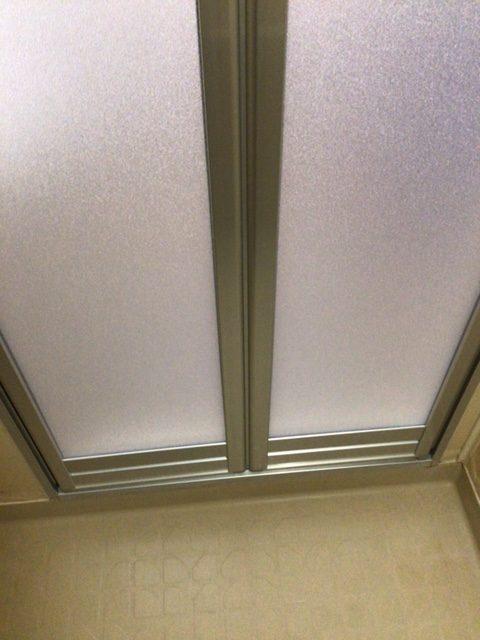 福岡トーヨー 大牟田店の浴室出入口 中折れ戸の施工後の写真3