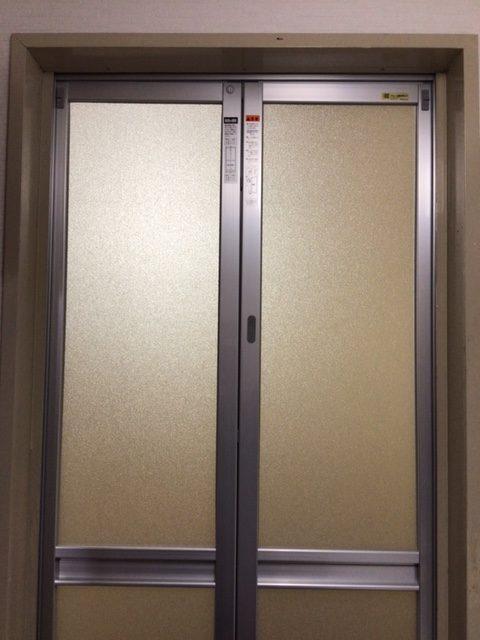福岡トーヨー 大牟田店の浴室出入口 中折れ戸の施工後の写真1
