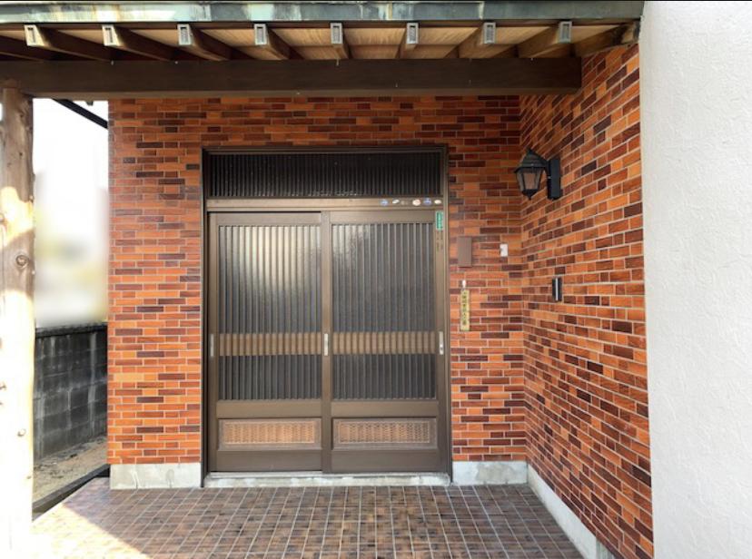 福岡トーヨー 大牟田店の1dayリフォーム 玄関引戸の施工前の写真1