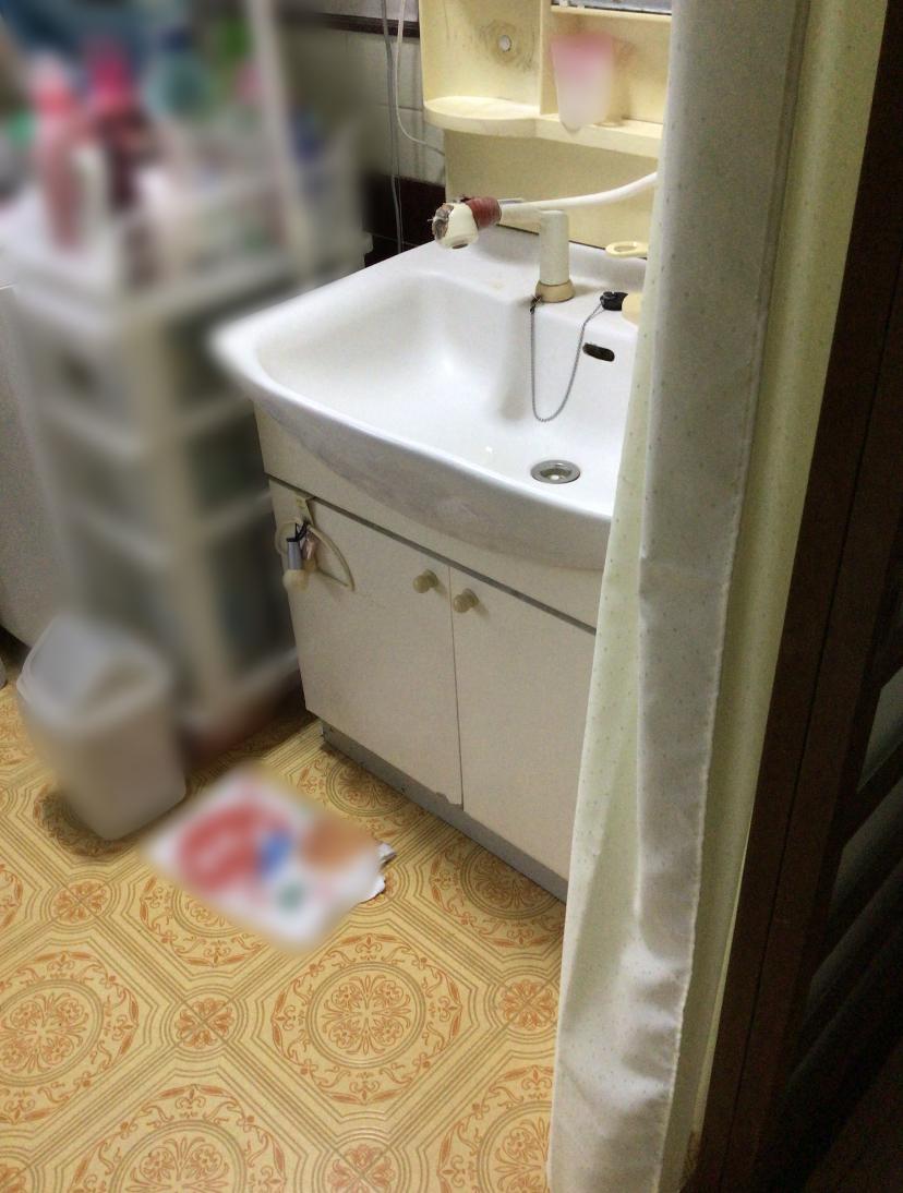 福岡トーヨー 大牟田店の洗面化粧台の施工前の写真3